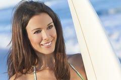 Surfer de femme dans le bikini avec la planche de surfing à la plage Image libre de droits