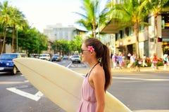 Surfer de femme de ressac de ville avec la planche de surf dans Waikiki Photographie stock libre de droits
