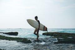 Surfer de femme marchant avec la planche de surf photos libres de droits