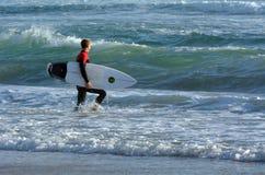 Surfer in de Gouden Kust Australië van het Surfersparadijs Stock Afbeeldingen