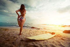 Surfer de Madame sur la plage Photo stock
