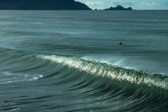 Surfer in de oceaan die op de perfecte golf wachten Stock Afbeeldingen