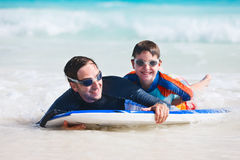 Surfer de père et de fils Photographie stock libre de droits