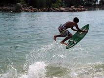 Surfer de panneau de lait écrémé d'onde photos stock