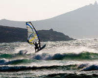 Surfer de vent sautant une vague Images libres de droits