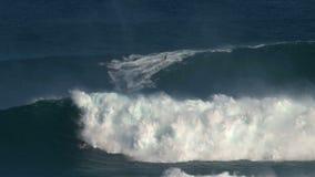 Surfer an den surfenden Bruchkiefern der großen Welle am Nordufer der Insel von Maui, Hawaii stock video