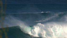 Surfer an den surfenden Kiefern Bruch der großen Welle in Pe驶ahi am Nordufer der Insel von Maui, Hawaii stock footage
