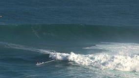Surfer an den surfenden Kiefern Bruch der großen Welle in Pe驶ahi am Nordufer der Insel von Maui, Hawaii stock video footage