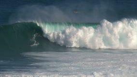 Surfer an den surfenden Kiefern Bruch der großen Welle in Pe驶ahi am Nordufer der Insel von Maui, Hawaii stock video