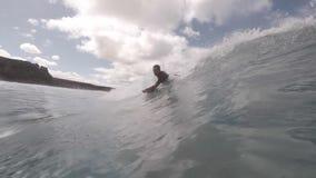 Surfer in der Aktion auf der Welle stock footage