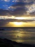 Surfer, der auf Wasser geht Lizenzfreie Stockbilder