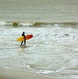 Surfer, der das Meer betritt Lizenzfreie Stockfotografie