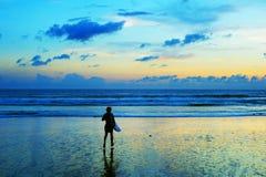 Surfer, der in den Ozean läuft stockfotografie