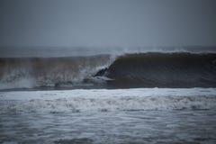 Surfer, der in ein Fass verstaut lizenzfreies stockbild