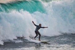Surfer, der eine 10-Fuß-Welle reitet Lizenzfreie Stockfotos