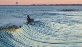 Surfer, der eine Welle wartet Lizenzfreie Stockbilder