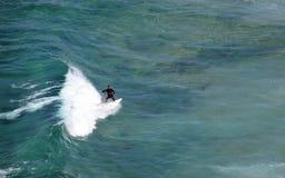 Surfer, der eine Welle weg von Dana Strand Beach in Dana Point, Kalifornien reitet Lizenzfreies Stockfoto