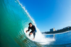 Surfer, der erstaunliche Welle läuft Lizenzfreies Stockfoto