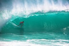 Surfer, der große Welle in Bali reitet stockfotografie