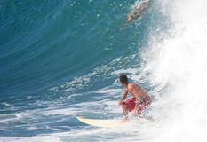 Surfer, der große Welle betrachtet Lizenzfreie Stockfotografie