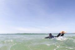 Surfer, der heraus schaufelt Stockfotografie