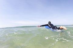 Surfer, der heraus vorangeht Stockbilder
