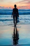 Surfer der jungen Frau mit Brett Lizenzfreie Stockfotos
