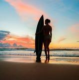 Surfer der jungen Frau mit Brett Lizenzfreie Stockbilder