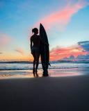 Surfer der jungen Frau mit Brett Stockbilder