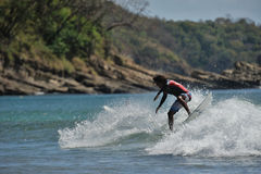 Surfer, der 360 in Nicaragua tut Stockfotos