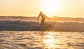 Surfer in der Tätigkeit lizenzfreies stockbild