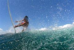 Surfer, der weg eine Welle erhält lizenzfreie stockfotografie