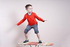 Surfer des kleinen Jungen Stockfotos