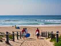Surfer, die auf sandigen Strand, Sydney, Australien gehen stockfotografie