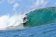 Surfer die de Buis van een Golf in Hawaï surft royalty-vrije stock afbeeldingen