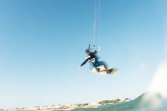 Surfer die door de hemel vliegen Stock Foto's