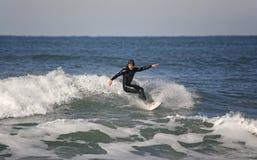 Surfer die een Beperking van de Voordelige positie maakt Royalty-vrije Stock Fotografie