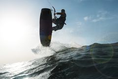 Surfer die een golf voor de camera springen Stock Foto's