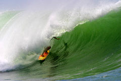 Surfer die een OceaanGolf surft Royalty-vrije Stock Foto's