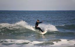 Surfer die een voordelige positie maakt Stock Afbeeldingen