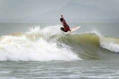 Surfer, die einen guten Tag spielt mit Wellen haben Stockfoto