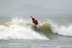 Surfer, die einen guten Tag spielt mit Wellen haben Lizenzfreies Stockbild