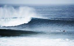 Surfer, die enorme Welle warten. Lizenzfreie Stockbilder