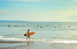 Surfer, die gehen zu surfen bali stockfotos