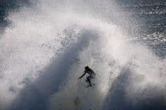 Surfer die in Grote OceaanGolven wordt gevangen Royalty-vrije Stock Afbeelding