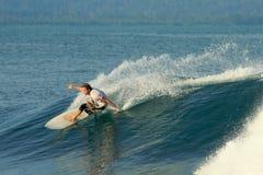 Surfer die het snijden doet zet vlotte golf, Mentawai aan Stock Fotografie