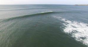Surfer die in het water surfen Stock Foto