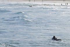 Surfer die op het strand met vreedzame zonnige dag leggen Stock Foto's