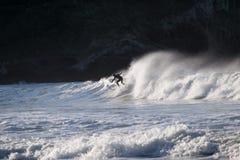Surfer die op reusachtige oceaangolven surfen royalty-vrije stock foto's