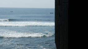 Surfer, die Transportwagen 4k surfen stock video footage